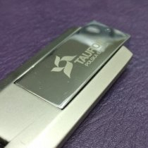 grawer na metalowej powierzchni usb