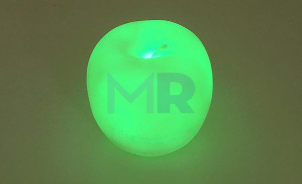 zielone swiatelko w lampce reklamowej
