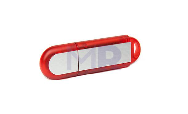 Czerwony pendrive ze srebrną blaszką