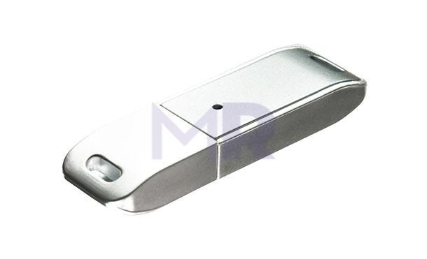 pendrive w srebrnym kolorze otwór do zaczepienia z obu stron
