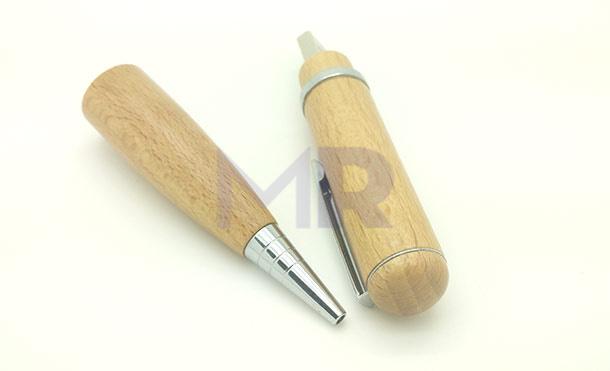 otwarty dlugopis drewniany