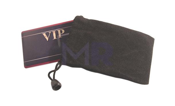 Elegancki woreczek w ciemnym kolorze przystosowany do opakowania karty z USB