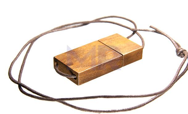 Drewniany prostokątny pendrive na sznureczku