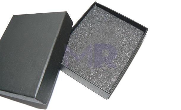 Czarne pudeleczko z zakrywką na pamięć USB